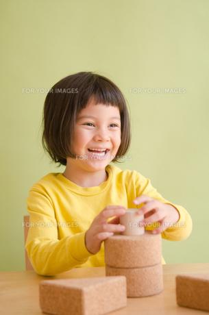 ブロックで遊んでいる女の子の素材 [FYI01077889]