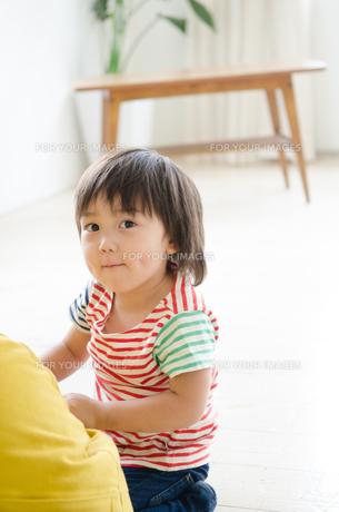部屋の中で笑っている男の子の素材 [FYI01077893]