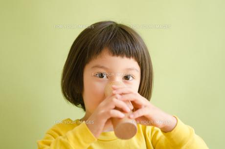 ブロックを鼻に付けている女の子の素材 [FYI01077895]