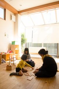 リビングで遊んでいる家族の素材 [FYI01077902]