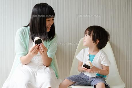 おにぎりを持って笑っている子供たちの素材 [FYI01077905]