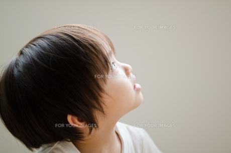 上を見上げている男の子の素材 [FYI01077908]