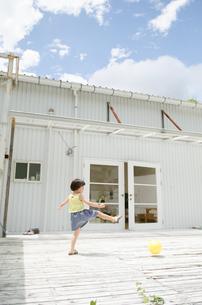 ボールを蹴る女の子の素材 [FYI01077914]