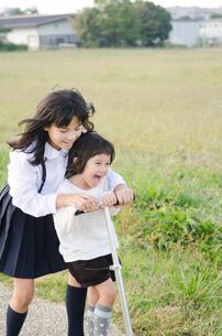 公園で遊ぶ姉妹の素材 [FYI01077918]