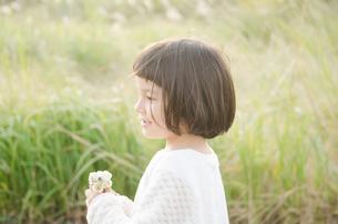 シロツメクサを持っている女の子の素材 [FYI01077919]