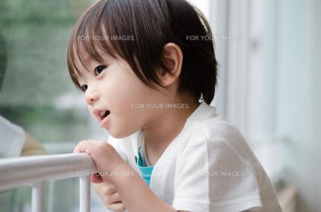 窓の外を見ている男の子の素材 [FYI01077925]