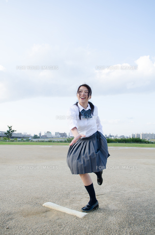 ボールを投げるふりをする女子学生の素材 [FYI01077929]