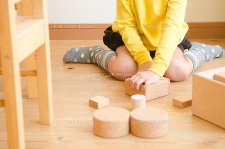 ブロックで遊ぶ女の子のイメージの素材 [FYI01077931]