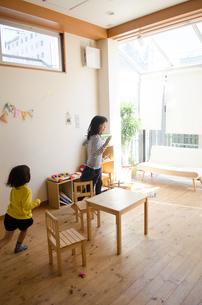 家の中で遊ぶ姉妹の素材 [FYI01077936]