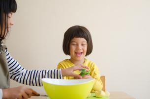 果物を食べている姉妹の素材 [FYI01077939]