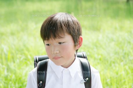 ランドセルを背負って下を見る男の子の素材 [FYI01077942]