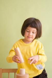 ブロックで遊んでいる女の子の素材 [FYI01077945]