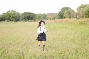 草むらを走る女の子の素材 [FYI01077950]