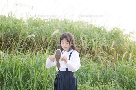 靴を持っている女の子の素材 [FYI01077966]