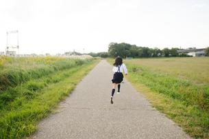 制服姿で走っている女の子の素材 [FYI01077976]