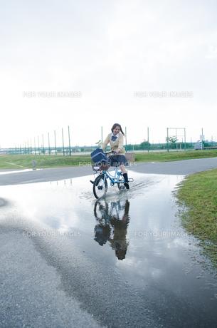 大きな水溜りを通る自転車の素材 [FYI01077986]