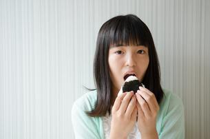 おにぎりを食べる女の子の素材 [FYI01077988]