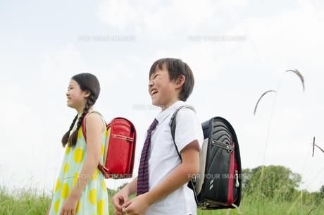 ランドセルを背負って笑っている子供たちの素材 [FYI01077993]