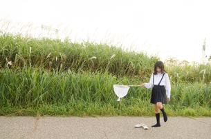 虫取り網を持って靴を脱ぐ女の子の素材 [FYI01077999]