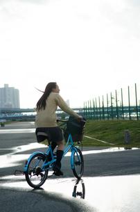 大きな水溜りを通る自転車の素材 [FYI01078008]