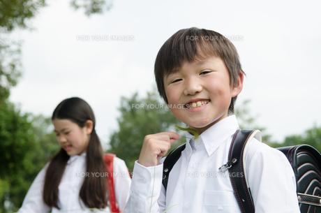 ランドセルを背負って笑う子供たちの素材 [FYI01078022]