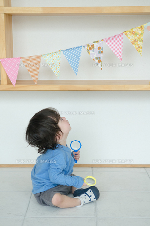 旗を眺めている子供の素材 [FYI01078030]