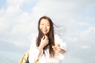 笑っている女子学生の素材 [FYI01078047]