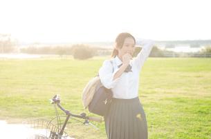 髪を結う女学生の素材 [FYI01078056]