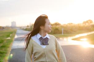 横を向いている女子学生の素材 [FYI01078066]