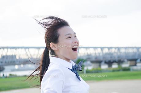 笑っている女子学生の素材 [FYI01078067]