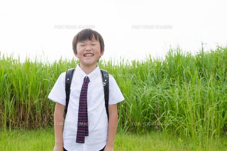 ランドセルを背負って笑っている男の子の素材 [FYI01078079]