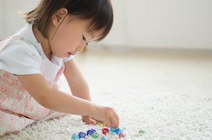ビーズで遊んでいる女の子の素材 [FYI01078081]
