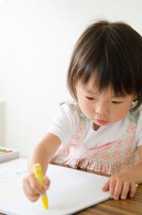クレヨンで絵を描いている女の子の素材 [FYI01078087]