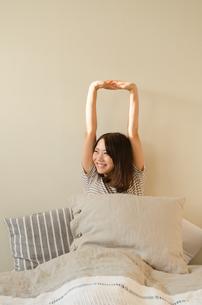 ベッドでストレッチをする女性の素材 [FYI01078090]