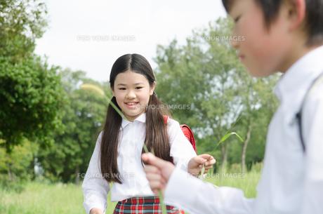 ランドセルを背負って遊んでいる子供たちの素材 [FYI01078093]
