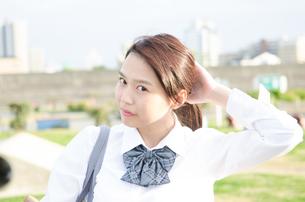 髪を結ぶ女子学生の素材 [FYI01078098]