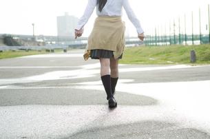 水たまりを歩く女学生の足の素材 [FYI01078101]