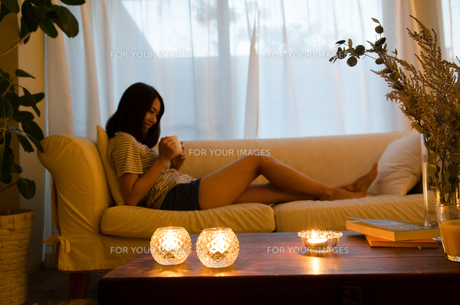 ソファでリラックスする女性の素材 [FYI01078104]
