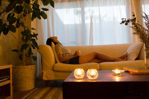 ソファでリラックスする女性の素材 [FYI01078105]