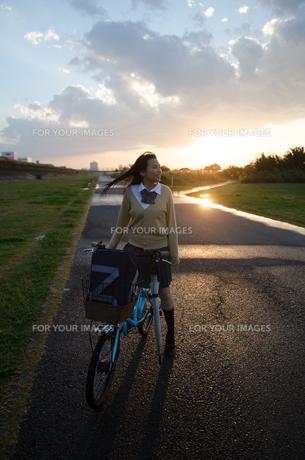 自転車にまたがっている女子学生の素材 [FYI01078108]