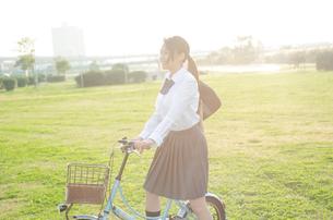 自転車に乗る女学生の素材 [FYI01078116]