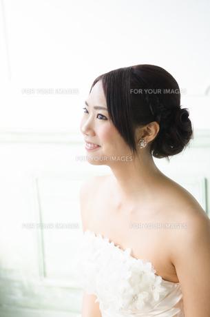 白いドレスを着て横を向く女性の素材 [FYI01078119]
