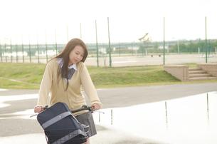 自転車に乗っている女学生の素材 [FYI01078126]