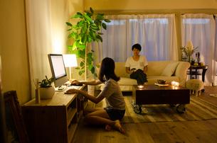 家でリラックスするカップルの素材 [FYI01078127]