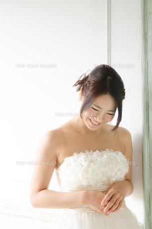 白いドレスを着て笑う女性の素材 [FYI01078129]