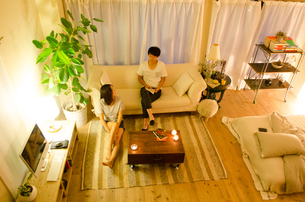 家でリラックスするカップルの素材 [FYI01078132]
