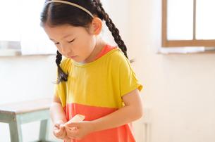 絆創膏を持っている女の子の素材 [FYI01078135]
