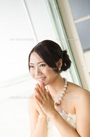 白いドレスを着て手を合わせる女性の素材 [FYI01078143]