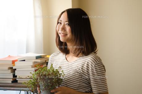 観葉植物を持っている女性の素材 [FYI01078147]