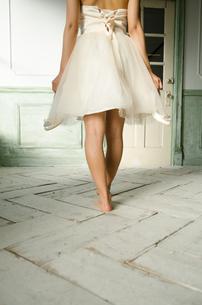 靴を脱いだドレス姿の女性の後ろ姿の素材 [FYI01078148]
